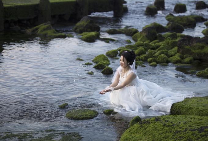 Để có những bức ảnh đẹp, nhiều người không ngại lội ra chỗ có nhiều tảng đá phủ rêu, thậm chí nằm xuống tạo dáng.