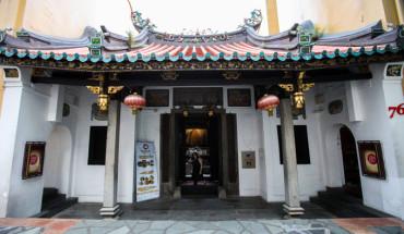 khach-san-nam-trong-ngoi-den-co-nhat-singapore-ivivu-1