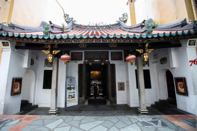 Toạ lạc trên đường Telok Ayer sầm uất, Amoy là một trong những khách sạn đặc biệt bậc nhất ở Singapore. Nơi này được xây dựng trong khuôn viên của đền Thian Hock Keng mang phong cách Trung Hoa cổ nhất đảo quốc sư tử.