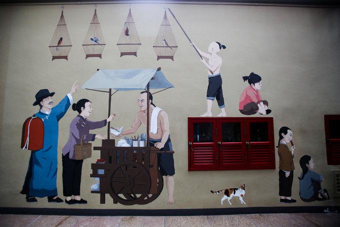 Trên tường dọc hành lang, du khách cũng có thể tìm thấy những bức bích họa mô tả lại một phần đời sống xưa của cộng đồng người Hoa ở đây.