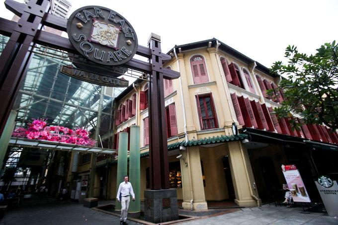 Khách sạn nằm ngay trong khu phố người Hoa, cách đường Orchard 10 phút đi ôtô, cách sân bay quốc tế Changi khoảng 30 phút. Đối diện đó là trạm tàu điện Mass Rapid, từ đây du khách có thể dễ dàng di chuyển đi khắp các điểm nổi tiếng của Singapore bằng tàu điện ngầm.