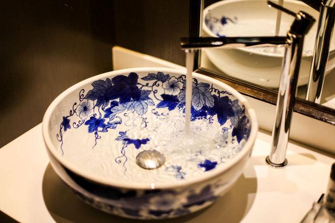 Các vật dụng trong phòng cũng được chăm chút tỉ mỉ, tiện nghi nhưng luôn gợi nhớ về văn hóa Trung Hoa truyền thống. Chiếc bồn rửa tay này được làm bằng gốm, mô phỏng hoa văn trang trí thời nhà Minh.
