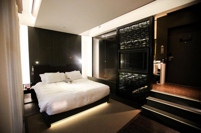 Phòng ngủ được ngăn cách với phòng tắm bằng bức bình phong kiểu xưa của người Trung Quốc. Không gian trong khách sạn đối lập hoàn toàn với nhịp sống nhộn nhịp của khu phố người Hoa bên ngoài. Không có tầm nhìn đẹp nhưng khách sạn này nổi tiếng bởi sự tiện nghi, yên tĩnh và riêng tư.