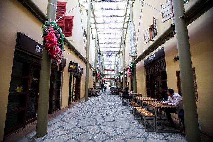 Du khách có thể dậy sớm để tản bộ trong khuôn viên của ngôi đền. Phía sau khách sạn là những dãy nhà cổ với hai màu sơn đặc trưng vàng - đỏ. Du khách có thể tìm thấy các chuỗi cửa hàng đồ ăn, thức uống nổi tiếng thế giới trong khu vực này.