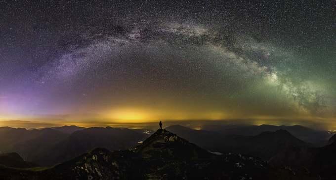 Tác giả Gareth Mon giành giải nhì với bức ảnh chụp tại công viên Snowdonia mang vẻ đẹp huyền bí dưới bầu trời đêm. Đây vườn quốc gia lớn nhất xứ Wales với 2.142 km2, thành lập tháng 10/1951, nơi có ngọn núi cao nhất ở Anh và xứ Wales cùng hồ tự nhiên lớn nhất xứ Wales.