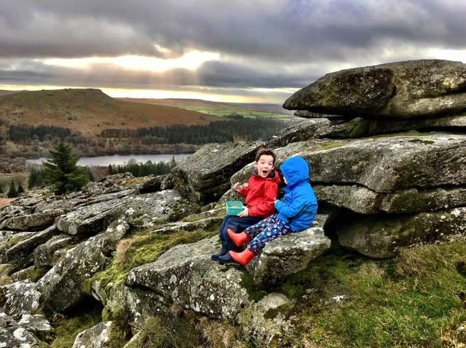 Bức ảnh của tác giả Chloe Swift chụp hai em nhỏ ngồi trên khối đá công viên Dartmoor vào top ảnh ấn tượng. Dartmoor được thành lập tháng 10/1951, có diện tích 956 km2, là khu vực rộng và hoang dã nhất ở phía nam nước Anh.