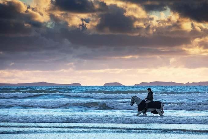 Thomas Bown chụp khoảnh khắc thanh niên cưỡi ngựa trên bãi biển vịnh St Brides thuộc công viên Pembrokeshire Coast.