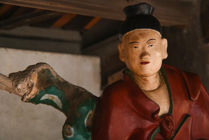 Chân dung một bức tượng La Hán tại chùa Dâu. Hình tượng Thập bát La hán là chủ đề phổ biến trong nghệ thuật Phật giáo, xuất hiện nhiều nhất ở Trung Quốc và Việt Nam trong các tác phẩm điêu khắc, hội họa.