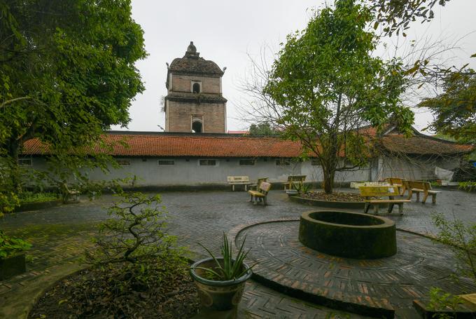 Khoảng sân chùa nhìn ra tháp Hòa Phong. Tại chùa còn lưu giữ khoảng 100 tượng thờ các loại, trong đó có nhiều tác phẩm được coi là mẫu mực của nghệ thuật điêu khắc cổ Việt Nam. Chùa Dâu là niềm tự hào của xứ Kinh Bắc xưa nay, đã được công nhận là di tích quốc gia đặc biệt vào năm 2013.