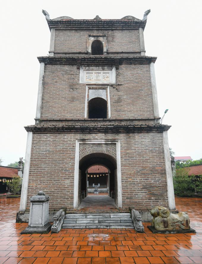 """Điểm nhấn về kiến trúc của chùa Dâu là tháp Hòa Phong cao khoảng 17 m nằm giữa sân. Toà tháp có kết cấu bằng gạch mộc nung thủ công. Năm 1313, dưới triều của vua Trần Anh Tông, trạng nguyên Mạc Đĩnh Chi đã tu bổ chùa và cho xây dựng ngôi tháp 9 tầng, đến nay chỉ còn lại 3. Trên tầng hai của tháp có tấm bảng khắc ba chữ """"Hòa Phong tháp"""". Bên trái tòa tháp là tấm bia đá dựng năm 1738, bên phải là tượng cừu đá có từ 1.800 năm trước."""