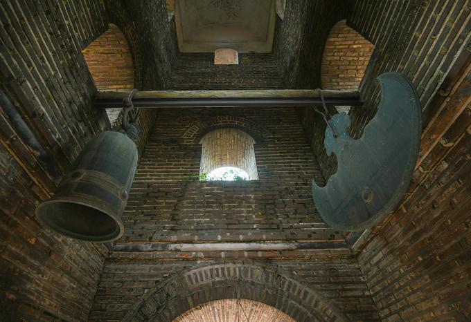 """Bên trong tháp có bộ chuông khánh bằng đồng đúc lần lượt vào năm 1793 và 1817. Khi xưa, trong dân gian lưu truyền câu thơ về tháp: """"Dù ai đi đâu về đâu/ Hễ trông thấy tháp chùa Dâu thì về""""."""