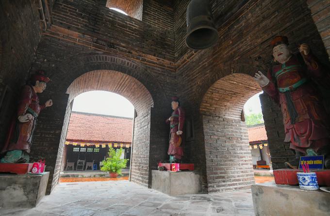 """Tháp Hoà Phong có 4 cửa vòm ở mỗi tầng. Tại các góc ở chân tháp có bệ thờ """"Tứ vị Thiên Vương"""" với quan niệm đây là các vị thần cai quản bốn phương trời. Tượng làm từ gỗ phủ sơn, cao 1,6 m và có niên đại từ thế kỷ 18."""
