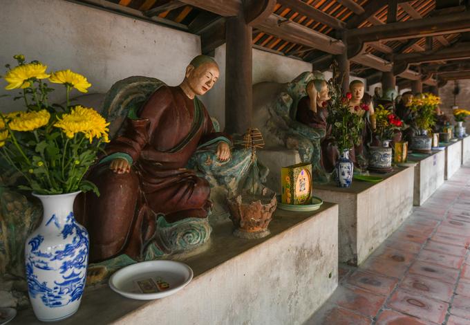 Hai dãy hàng lang song song với nhau, nối tiền thất và hậu đường, là nơi thờ Thập bát La Hán - 18 đệ tử đắc đạo của Phật đã tu đến cảnh giới La Hán.