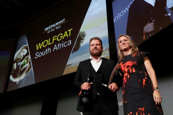 Đầu bếp Kobus van de Merwe (trái) nhận giải Nhà hàng của năm năm 2019 ở Paris - Ảnh: AFP