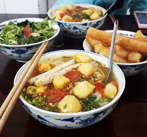 Bún riêu ở quán Thanh Hồng đầy đặn, ăn đủ no cho bữa chính. Ảnh: Khánh Trần.