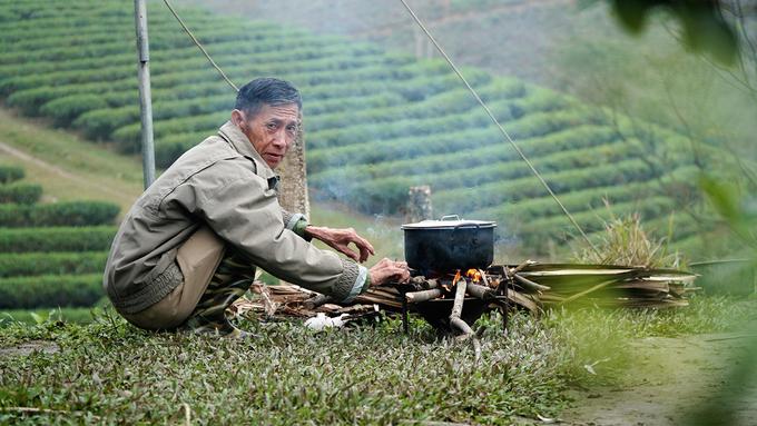 """Từ năm 2017, ông Nguyễn Công Cần (72 tuổi) bắt đầu xây nhà tạm trên đảo để giữ chè, nhà bè và cuốc cỏ. Theo ông, khách du lịch đến đây đông hơn cũng từ năm này. """"Khách chủ yếu tới tham quan, ngắm cảnh và chụp ảnh"""", ông nói."""