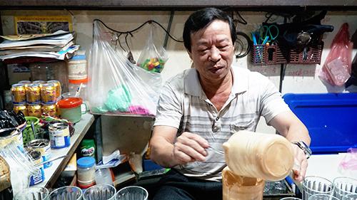Ông Long tại góc quán quen thuộc của mình. Ảnh: Phong Vinh.