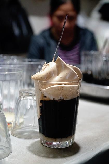 Ly cà phê gây chú ý với lớp bọt ở bên trên. Ảnh: Phong Vinh.
