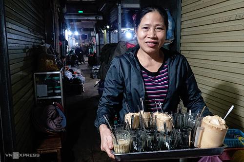 Bà Lý đang chuẩn bị bưng khay cà phê giao cho khách là các chủ sạp hàng trong chợ. Ảnh: Phong Vinh.