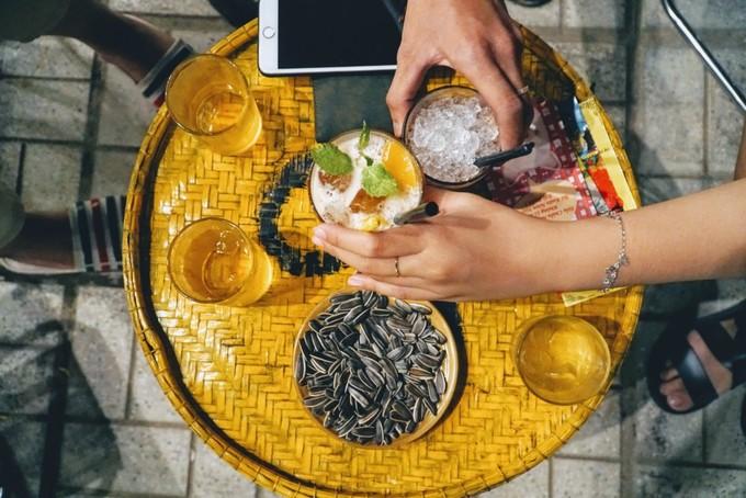Chiếc nia tre trước dùng để sàng gạo, nay được sơn màu vàng, làm thành mặt bàn. Chủ quán, Châu Nguyễn Hoàng Phước (31 tuổi), từng có thời gian đi du học nước ngoài. Khi trở lại quê hương, anh muốn thiết kế quán theo phong cách retro, nên đã nghĩ ra ý tưởng này để không gian trở nên độc đáo.