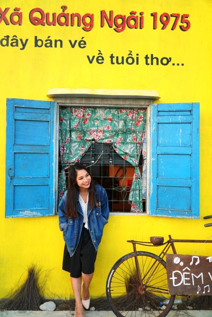 Bức tường vàng tái hiện Quảng Ngãi năm 1975 là điểm nhấn thu hút giới trẻ đến chụp ảnh.