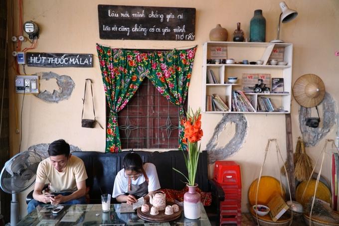 Chủ quán nhớ lại bức tường loang lổ trong ngôi nhà cũ để tái hiện ở quán cà phê.