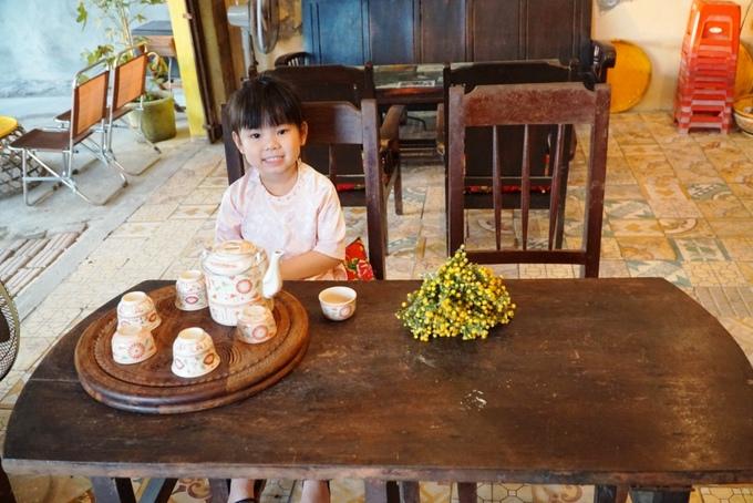 Bàn ghế và một số vật dụng như tủ, tivi... là những kỷ vật từ ngôi nhà cũ của gia đình anh.