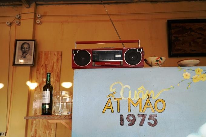 Chiếc cassette xưa và một số đồ gốm được chủ quán trang trí để thêm chất retro cho quán.