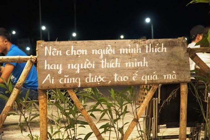 Chủ quán treo những câu nói đang thịnh hành của giới trẻ trên hàng rào.