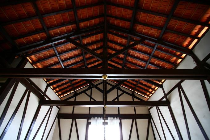 Hệ kết cấu khung gỗ, mái ngói của công trình được phô bày trọn vẹn.