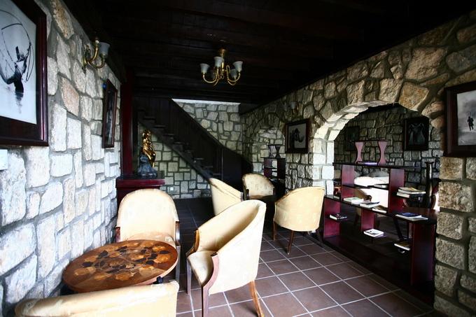Một góc dành cho khách nằm ở ngôi nhà phía sau được xây bằng đá. Nơi này từng là công trình phụ trợ cho biệt thự, là chỗ ở của người giúp việc.