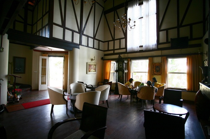 Bên trong biệt thự có nhiều góc để khách ngồi uống nước. Tầng trệt với các khung cửa sổ lớn đem lại ánh sáng tự nhiên để không phải bật đèn vào ban ngày.