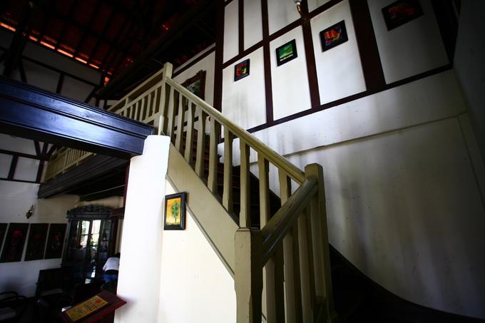 Cầu thang gỗ dẫn lên tầng hai.