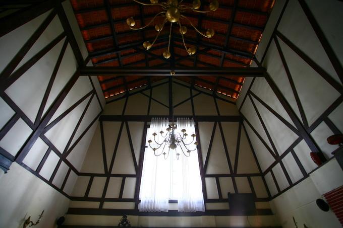 Kiến trúc công trình mang phong cách Colombages với những đà gỗ trên tường thường thấy ở vùng Normandie, miền bắc nước Pháp.