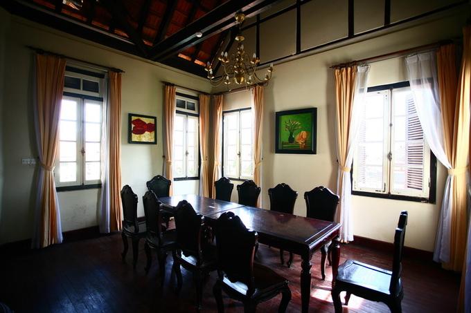 Phòng trên lầu với bàn ghế được thiết kế phù hợp với hội nhóm đông người.
