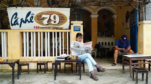 Phía trước căn nhà được tận dụng làm chỗ ngồi cho khách. Ảnh: Phong Vinh.