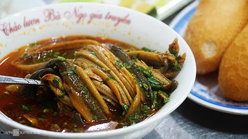 Phần súp lươn bắt mắt với màu vàng ruộm, có giá từ 30.000 đồng. Ảnh: Di Vỹ.