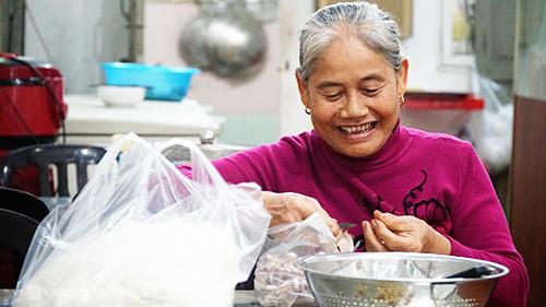 Nhân viên và người thực hiện các công đoạn ở quán đều là người trong gia đình bà Ngọ. Ảnh: Di Vỹ.