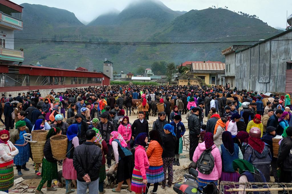Chợ Mèo Vạc (Hà Giang) diễn ra vào chủ nhật hàng tuần. Năm mới, nếu có dịp tới đây, bạn đừng bỏ qua khu chợ xuân nằm ở chính giữa những dãy núi cao, nép mình bên vách núi đá và mây mù.