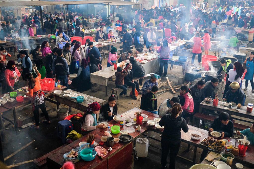 Khu vực ăn uống bên trong chợ lúc nào cũng nhộn nhịp và choáng ngợp, nhất là đối với những người lần đầu tới chợ. Tại đây, các quầy hàng ăn được bày bán san sát, thuận tiện cho thực khách dễ dàng lựa chọn món ăn.
