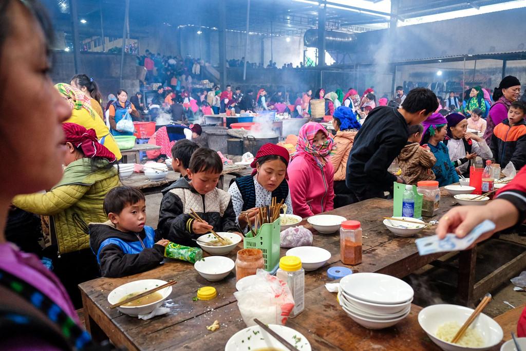 Người dân địa phương hầu hết vẫn sử dụng bếp củi để nấu nướng tại chợ. Mùi củi đượm với không khí lành lạnh của chợ xuân mang lại cảm giác ấm áp dễ chịu.