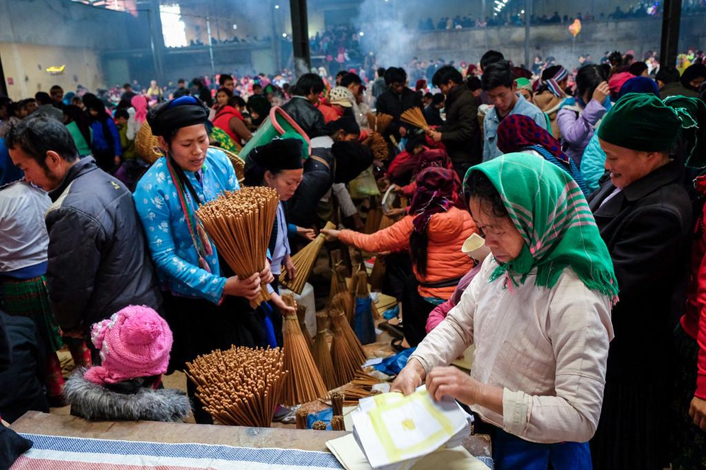 Vào dịp phiên chợ xuân, hương và vàng mã được bày bán nhiều, đây đều là hương do người dân tự làm.