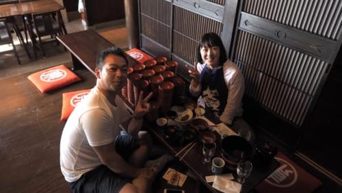 Người đàn ông này đã ăn 111 bát wanko soba và được nhận giấy chứng nhận. Ảnh: Karla Cripps/CNN.