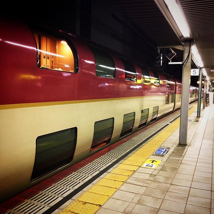 Tuyến đường sắt cao tốc hiện đại đầu tiên tại Nhật Bản được khai trương vào năm 1964. Sau đó, nhiều tuyến tàu tốc hành và xe lửa đường dài bắt đầu phát triển mạnh mẽ tại quốc gia. Những năm 70 của thế kỷ trước là thời điểm hoàng kim của hệ thống xe lửa tại Nhật. Tuy nhiên, các phương tiện giao thông tại xứ Phù Tang ngày một phát triển, như mạng lưới tàu cao tốc, đường hàng không nội địa, hệ thống xe buýt đêm giá rẻ... đã khiến xe lửa trở nên vắng khách hơn. Ảnh: Ajitk55.