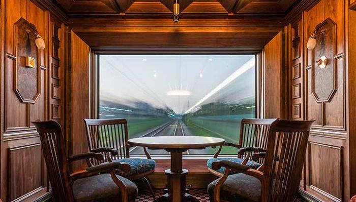 Thay vì sử dụng các phương tiện di chuyển quen thuộc như máy bay, những chuyến tàu đường dài sẽ là trải nghiệm thú vị đối với du khách. Bạn sẽ được ngắm nhìn xứ Phù Tang thân thuộc qua khung cửa sổ trên tàu, điều mà khi đi máy bay bạn không cảm nhận được. Ảnh: AFP.