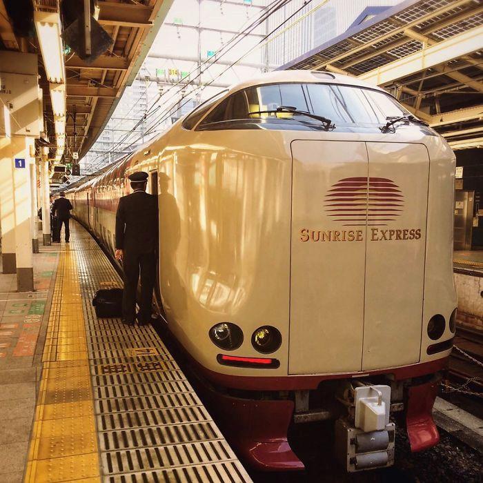 Sunrise Express chuyến xe lửa đường dài nổi tiếng xứ hoa anh đào. Chuyến tàu này bao gồm Sunrise Izumo và Sunrise Seto. Hai chuyến tàu được ghép nối trên tuyến đường sắt từ Tokyo đến Okayama. Chúng sẽ tách ra để đi đến những điểm khác nhau. Sunrise Izumo đi đến Izumoshi trong khi Sunrise Seto đến Takamatsu. Trên đường trở về, các đoàn tàu sẽ ghép lại ở Okayama và chạy về Tokyo. Ảnh: Ajitk55.