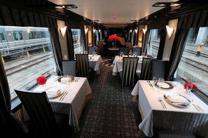 Các hãng đường sắt ở Nhật đang cố gắng thu hút khách hàng bằng cách cung cấp các chuyến tàu đường dài hạng sang. Các chuyến tàu sở hữu phòng chờ năm sao, hệ thống lò sưởi cao cấp, phòng làm việc tiện nghi, khu vực ăn uống như hàng sang trọng với các món ăn được phục vụ bởi đội ngũ đầu bếp được gắn sao Michelin. Những chuyến tàu sang chảnh này có giá khoảng 10.000 USD. Ảnh: AFP.