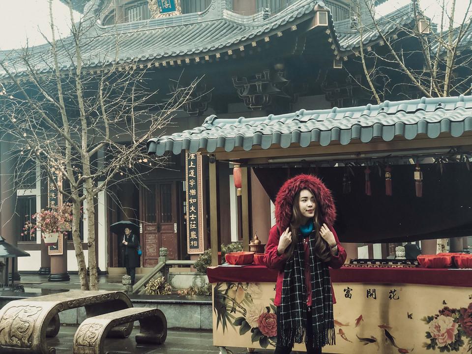 Mình đã có chuyến đi vi vu Trung Quốc trong 9 ngày 8 đêm với hành trình khám phá Quảng Tây và Tứ Xuyên. Từ ga Gia Lâm (Hà Nội), mình tiến thẳng đến Nam Ninh, thủ phủ của tỉnh Quảng Tây. Đây là điểm đến du lịch hấp dẫn hàng đầu ở Trung Quốc. Tại đây, mình đã ghé thăm công viên Thanh Tú Sơn.