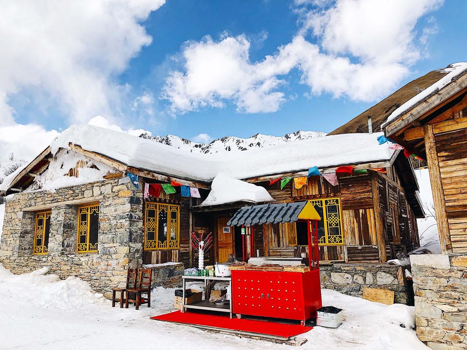 Đi lên đến đỉnh núi, bạn còn có thể chiêm ngưỡng một ngôi làng tuyết nhỏ nhắn, xinh xắn và tuyệt đẹp. Điểm đến này cũng là gợi ý tuyệt vời về chốn check-in ảo diệu cho bạn. Ngoài ra, bạn cũng nên ghé thăm ngôi làng nhỏ đặc sắc, độc đáo của người Tây Tạng ở đây.