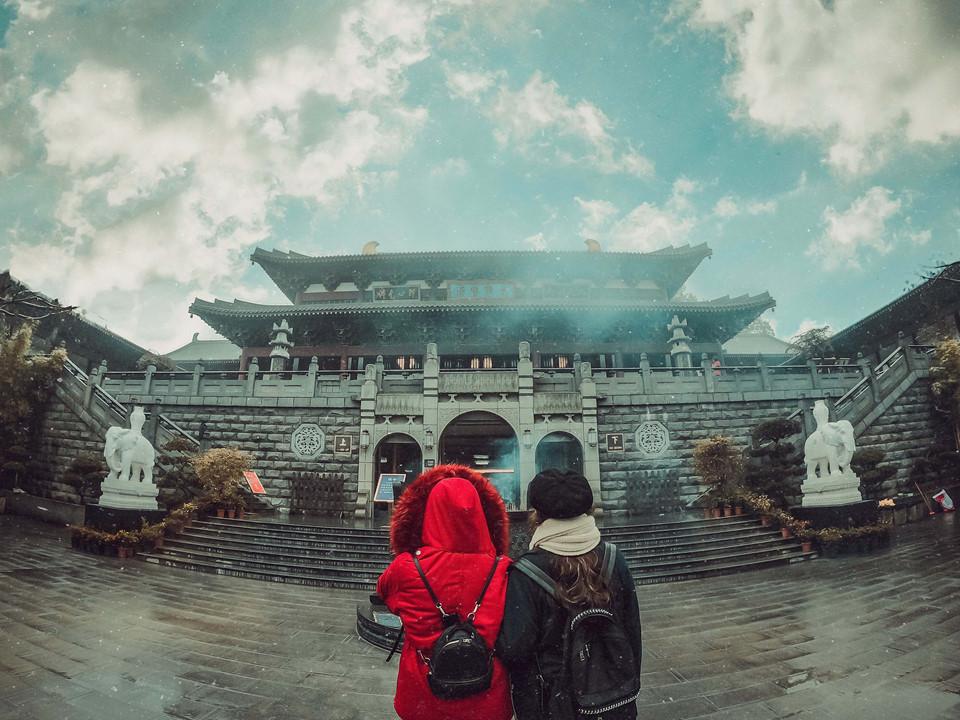 """Cách trung tâm Nam Ninh khoảng 9 km về phía đông nam, Thanh Tú Sơn được ca ngợi là """"viên ngọc của thành phố xanh, con phượng hoàng của quê hương Choang"""". Nơi đây có diện tích gần 20 km2 và được rừng cây phủ xanh lên tới 98%. Bạn có thể check-in tuyệt đẹp ở các khu tháp Phượng Hoàng, Bát Giác Đài..."""